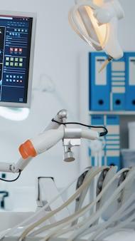 Feche o equipamento médico ortodontista em um consultório moderno e luminoso