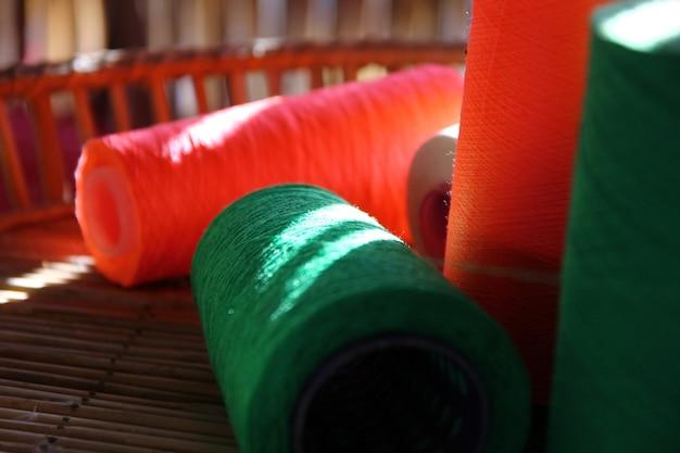 Feche o fio verde em spool.lighting e sombra em carretéis de fio na cesta de bambu