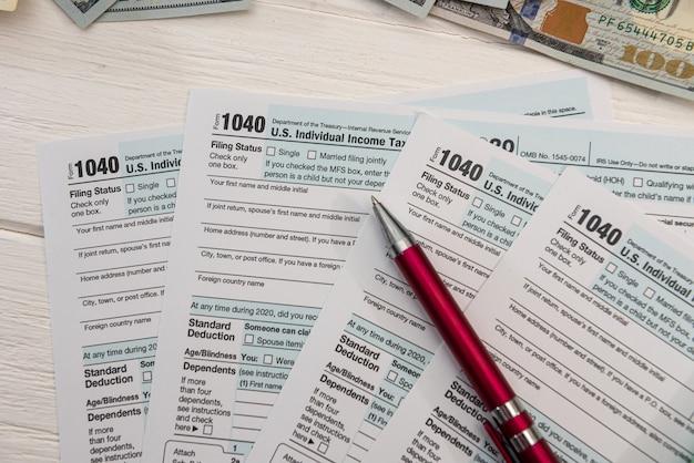 Feche o formulário fiscal 1040 dos eua e a caneta esferográfica, conceito de contabilidade