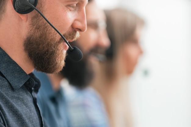 Feche o funcionário profissional de call center no local de trabalho