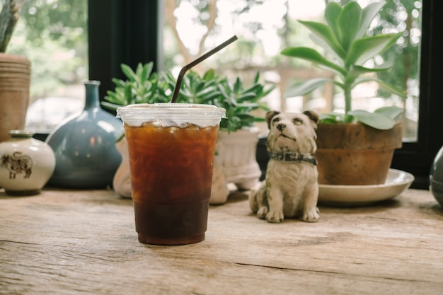 Feche o gelo americano no fundo do café