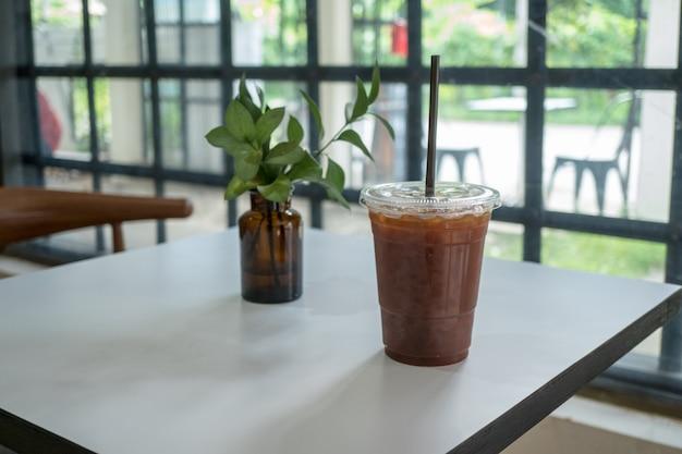 Feche o gelo americano no fundo do café.