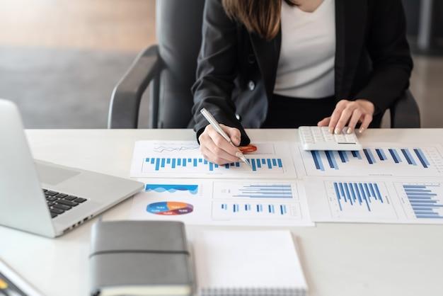 Feche o gráfico de apontamento da análise de trabalho da empresária no escritório.