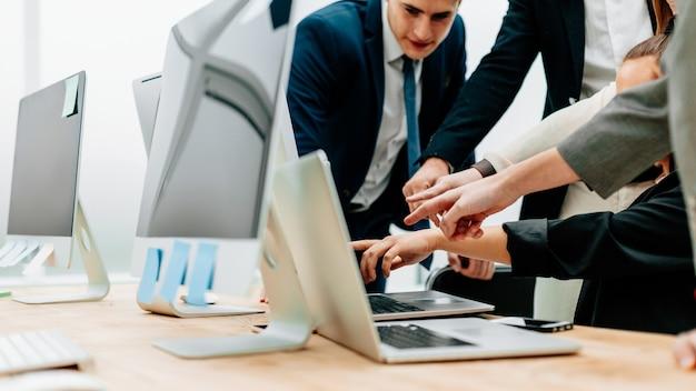 Feche o grupo de trabalho apontando para a tela do laptop