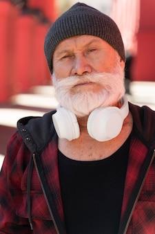 Feche o homem com fones de ouvido brancos