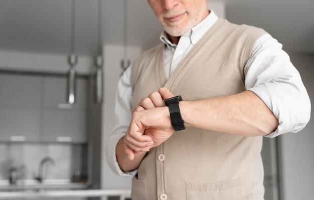 Feche o homem com smartwatch