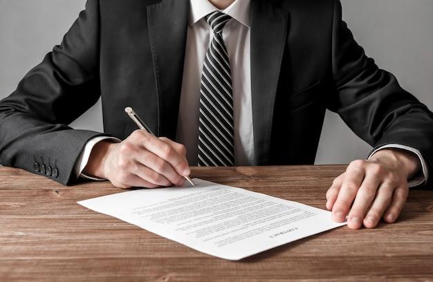 Feche o homem de negócios, assinando contrato, fazendo um conceito de negócio, negócio e sucesso