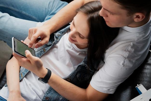 Feche o homem e a mulher com o telefone