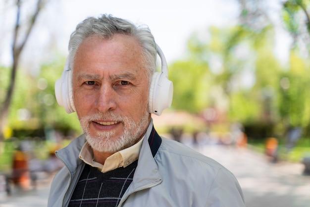 Feche o homem sorridente usando fones de ouvido