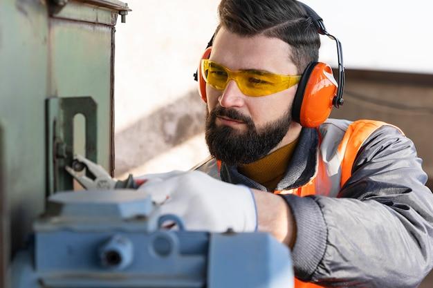 Feche o homem trabalhando com a ferramenta
