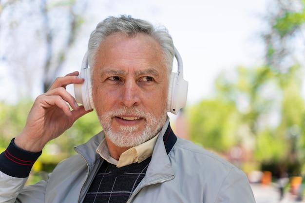 Feche o homem usando fones de ouvido