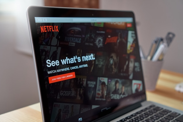 Feche o ícone do aplicativo netflix na tela do laptop