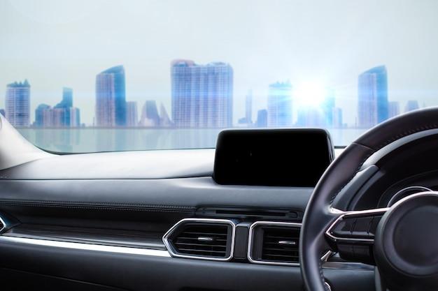 Feche o interior do carro na cidade para o cliente