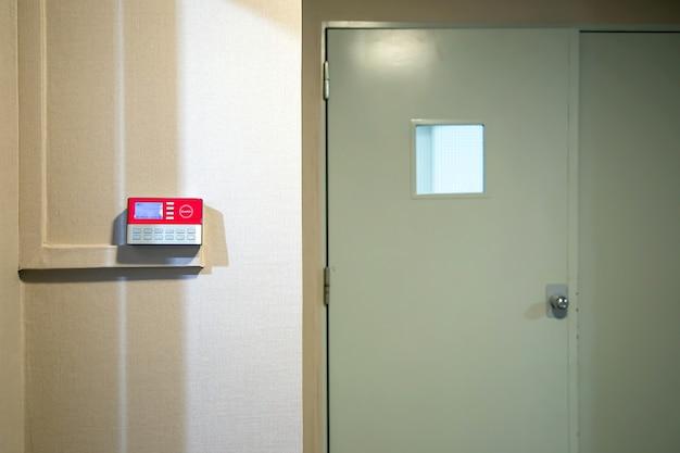 Feche o leitor de cartão de proximidade para usar o cartão de identificação para destravar a porta.