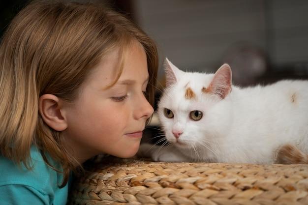 Feche o lindo garoto e gato