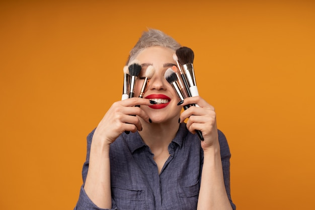 Feche o maquiador de retrato. cursos de maquiagem.