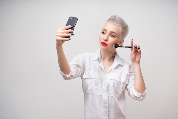 Feche o maquiador de retrato.