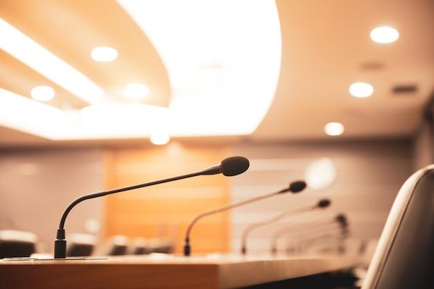 Feche o microfone de conferência na mesa de reunião.