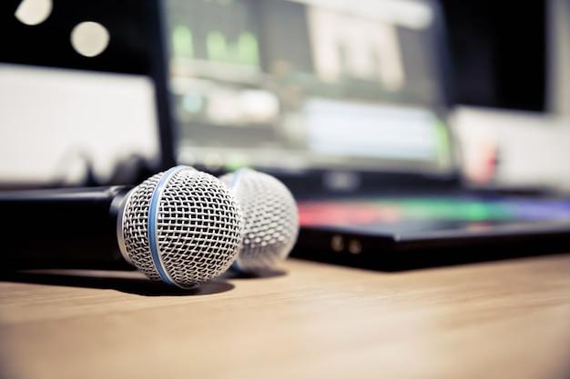 Feche o microfone no estúdio.
