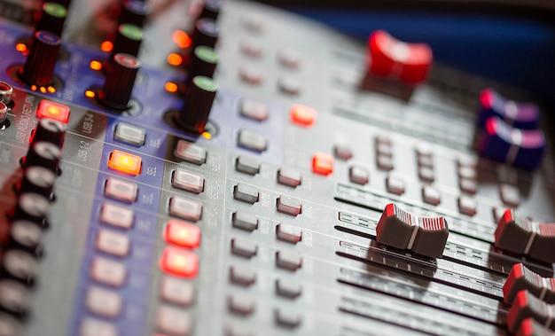 Feche o mixer de som no estúdio