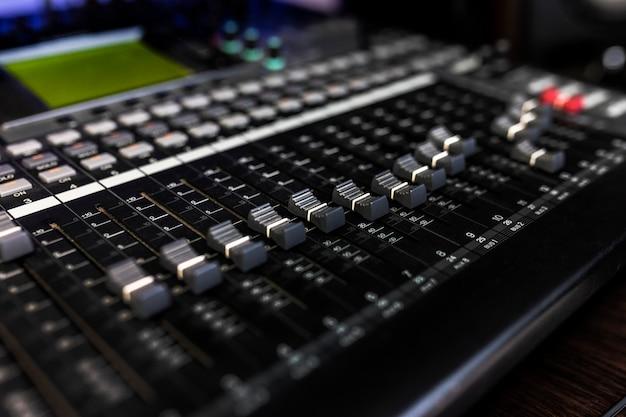 Feche o mixer no estúdio de gravação para dj, compositor ou produtor musical. foto de instrumentos musicais.
