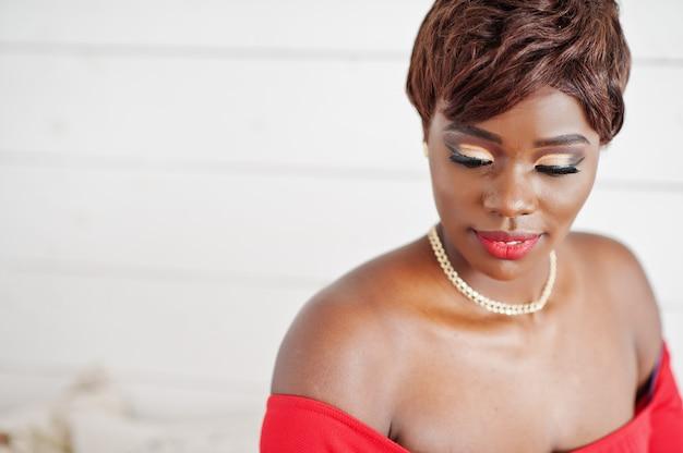 Feche o modelo americano africano moda vestido vermelho beleza, mulher sexy com os olhos fechados, com maquiagem brilhante.