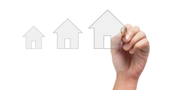 Feche o modelo de casa de desenho à mão