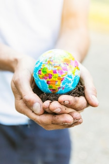 Feche o modelo do planeta nas mãos