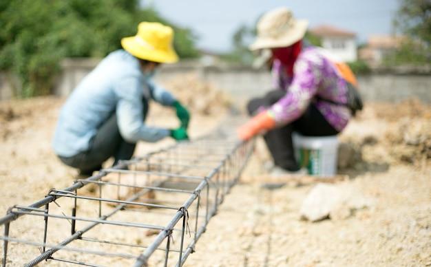 Feche o nó da rede de ferro para fazer um forte canteiro de obras com mão de obra