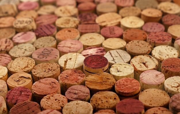 Feche o padrão de fundo de várias rolhas de vinho tinto usadas empilhadas, vista de alto ângulo