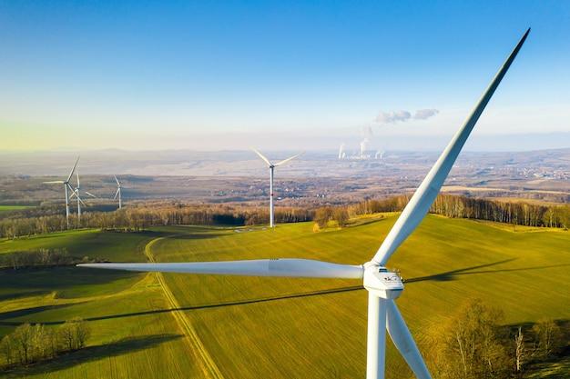 Feche o parafuso de uma vista de drone de turbina eólica Foto Premium