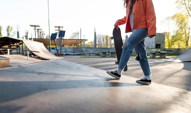 Feche o patinador segurando a prancha