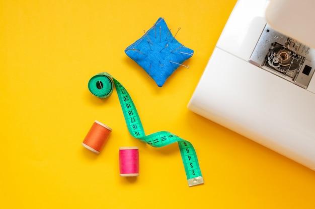 Feche o pé da máquina de costura e artesanato acessórios.