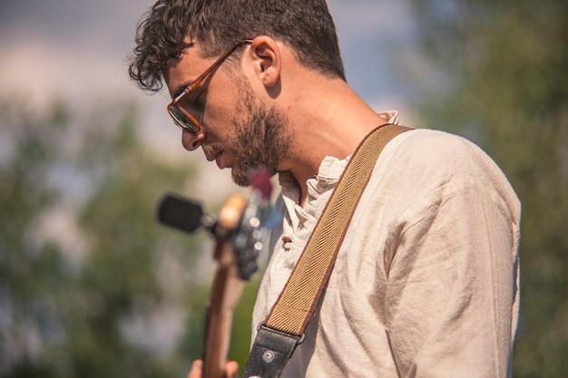 Feche o perfil de um músico de rock durante um show