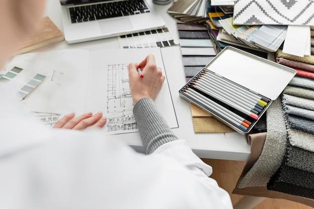 Feche o projeto de desenho à mão