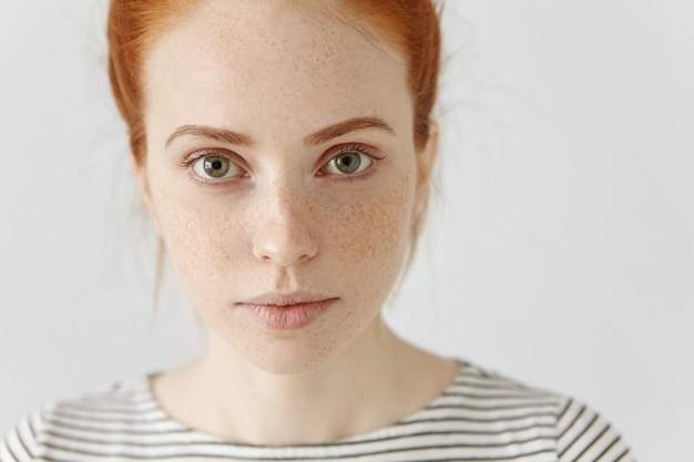 Feche o retrato altamente detalhado da incrível e encantadora jovem europeia com cabelo ruivo