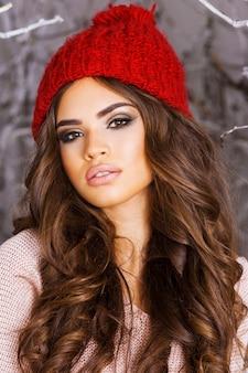 Feche o retrato da bela garota do inverno no gelado parque de inverno