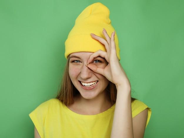 Feche o retrato da bela mulher loira alegre sorrindo, demonstrando os dentes brancos