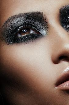Feche o retrato da beleza de uma garota que tem sua maquiagem não-conformista