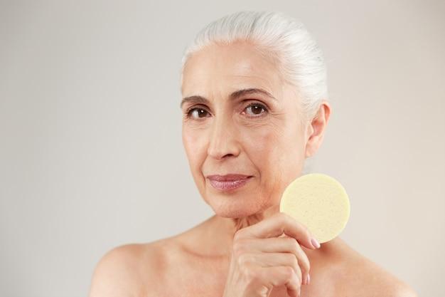 Feche o retrato da beleza de uma mulher idosa seminua