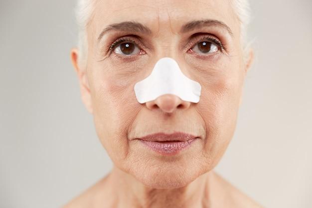 Feche o retrato da beleza de uma velha senhora seminua