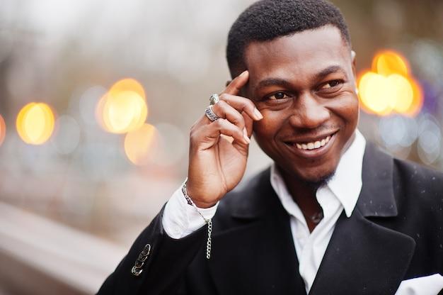Feche o retrato da cabeça do jovem e bonito empresário afro-americano de terno.