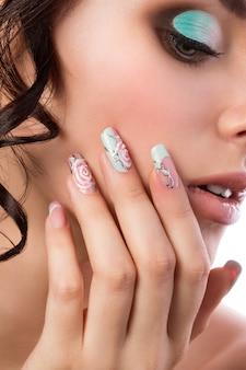 Feche o retrato da jovem noiva linda. penteado de casamento, maquiagem e arte nas unhas.