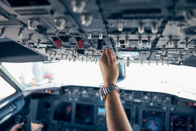 Feche o retrato da visão detalhada do controle de potência do motor na cabine do moderno avião civil de passageiros