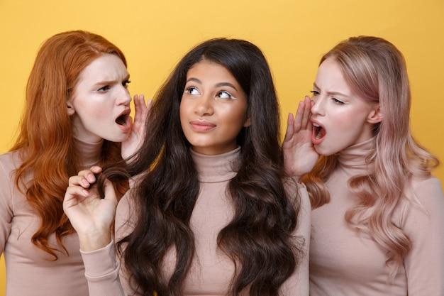 Feche o retrato de duas jovens mulheres gritando no amigo
