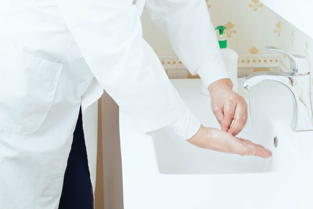 Feche o retrato de lavar as mãos no banheiro para evitar a transmissão do vírus