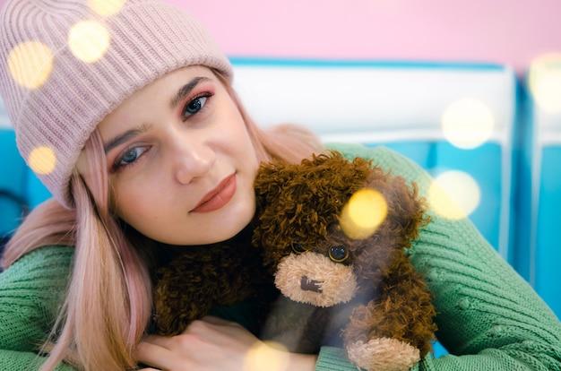 Feche o retrato de menina hippie. menina bonita abraços urso de brinquedo