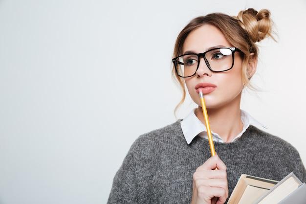 Feche o retrato de mulher com livros e lápis