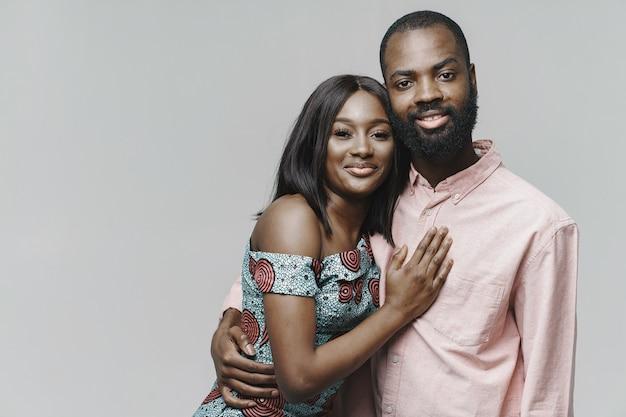 Feche o retrato de um casal africano elegante Foto gratuita