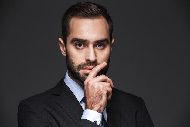 Feche o retrato de um empresário bonito e confiante vestindo terno isolado